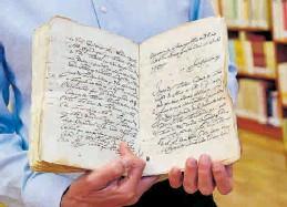 ?? EFE / JAVIER BLASCO ?? El sumario del caso encontrado en el archivo provincial.