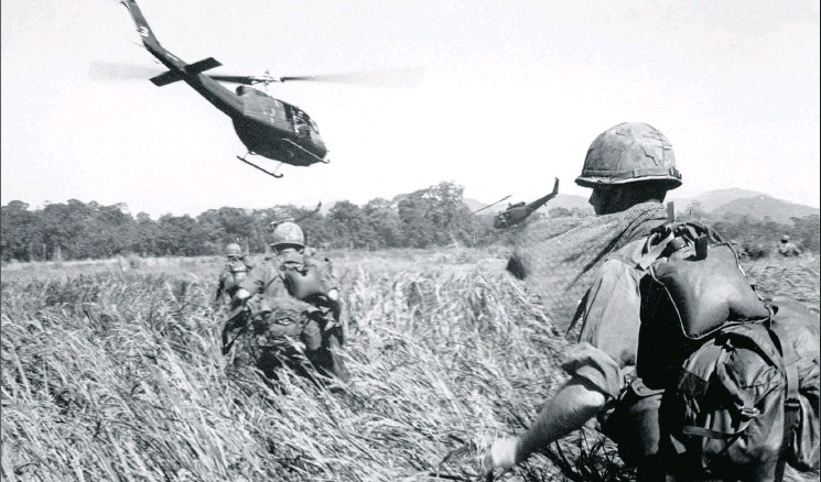 ?? AFP / GETTY IMAGES FILES ?? American soldiers of the 173rd airborne are evacuated by helicopter from a Viet Cong position in December 1965.