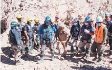 ??  ?? Sanos y salvos fueron rescatados los dos mineros atrapados tras derrumbe.