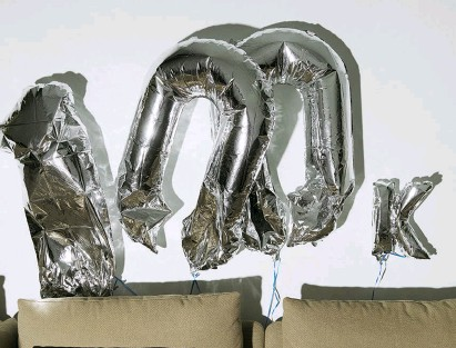 """??  ?? Arriba: Globos con la inscripción """"100K"""" te dan la bienvenida a las oficinas de 2btube."""