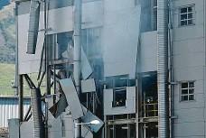 ?? Foto: Ondřej Bičiště, MAFRA ?? Po explozi Opláštění budovy je po nočním výbuchu v chemičce Preol v Lovosicích poškozené. Linka byla odstavená.
