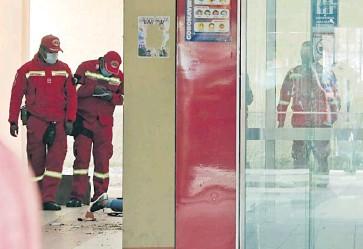 ?? Efe ?? Varios bomberos inspeccionan el sitio del accidente en el que murieron los estudiantes.