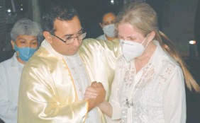 ??  ?? Lorena Denis, llora junto al padre Domingo Savio Ovelar, tras la misa.