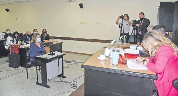??  ?? La periodista de ABC Mabel Rehnfeldt, declarando en el juicio oral por el caso audios filtrados del Jurado de Magistrados.