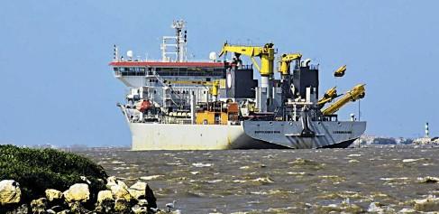 ?? Luis rodríguez ?? Draga Bartolomeu Dias realiza los trabajos de dragado en el canal de acceso para mejorar la navegabilidad.