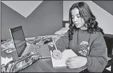 ?? ARCHIVO EL COMERCIO ?? Adriana Andrade estudia en la Universidad Central. No ha podido conocer en persona a sus compañeros. Pero se ha adaptado.