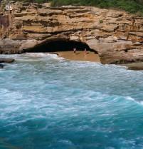 ?? Images 01–02 & 04–05 © Lake Macquarie City Council ?? 05 Exploring the sea caves at Caves Beach. 05