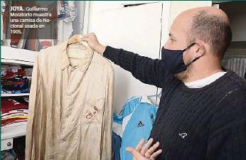 ??  ?? JOYA. Guillermo Moratorio muestra una camisa de Nacional usada en 1905.