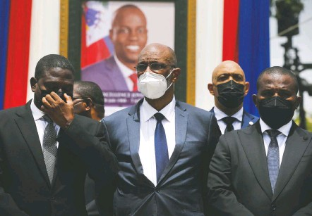 ?? JOSEPH Odelyn/associated PRESS ?? Haitian Prime Minister Ariel Henry, center, and other leaders attend a memorial service for slain President Jovenel Moïse in Port-auPrince in July. A prosecutor asked a judge to charge Henry, saying he was in contact with a chief suspect shortly after the assassination.