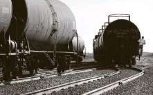 ?? Bob Owen / San Antonio Express-News ?? The oil glut has traders turning to rail cars to store crude.