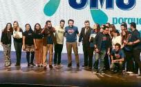 ?? Leticia Moreira/Folhapress ?? Grupo da OMO comemora o prêmio Top do Top