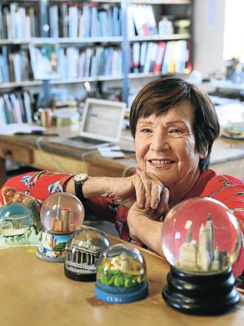 ?? Picture: Ruvan Boshoff ?? Sue Williamson with some of the snow globes in her collection.