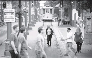 ?? JIM WEBER/ THE COMMERCIAL APPEAL ?? Memphians walk along Main Street during lunch hour Thursday afternoon. The Downtown Memphis Commission released its annual snapshot of demographics and population trends this week, revealing a 5 percent population increase since 2010.