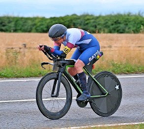 ??  ?? Kimberley Barfoot-brace winning the National 12-hour Cycling Time Trial Championship
