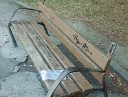 ??  ?? La panchina da cui è stata presa l'asse di legno utilizzata durante la rissa scoppiata ieri pomeriggio in piazza Indipendenza