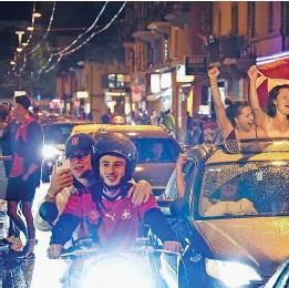 ??  ?? Der Sieg sorgte dafür, dass erstmals seit Pandemiebeginn Menschen im ganzen Land (Bild: Zürich) gemeinsam feierten.