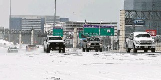 ?? Yi-Chin Lee / Staff photographer ?? Vehicles drive last Monday on snow-covered Interstate 10 in Houston. Two days later, Pablo Pedraza set out on the 197-mile journey to deliver lifesaving medicine to a San Antonio girl's family.