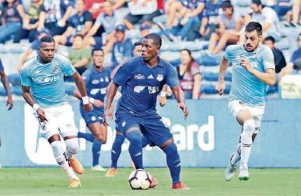 ?? JOSÉ BELTRÁN ?? ► Bryan Angulo (c), autor del gol de la victoria de Emelec ante Universidad Católica en el estadio Capwell.