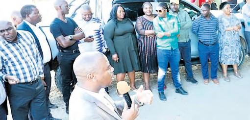 ?? Cogta ?? Cogta MEC Sipho Hlomuka addresses Mtikini residents in the uMhlabuyalingana Municipality district