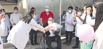 ??  ?? El homenaje al doctor Raúl Humberto Fanego, al salir del Hospital Área 2 de la Fundación Tesãi.