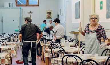 ??  ?? Gli operatori della mensa Caritas di San Francesco Poverino a Firenze: qui pranzò Papa Francesco nella visita del novembre 2015