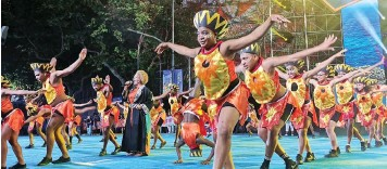 ??  ?? SOUTH Africa's very own Vicky Sampson got crowds dancing at the Shanghai Tourism Festival.