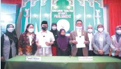 ?? BANGSAMORO.GOV.PH ?? BANGSAMORO Chief Minister Ahod Ebrahim (3rd from left) and Parliament Speaker Ali Pangalian M. Balindong present the signed Bangsamoro Civil Service Code on Feb. 24. It follows the new region's Administrative Code passed by the Bangsamoro Transition Authority last year. Several others covering local government, education, and elections are up for deliberations.
