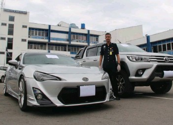 ??  ?? The two vehicles of the suspect were confiscated along with the drugs at a condominium in Damai, Luyang.