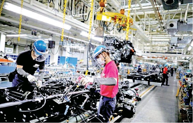 ?? Reuters ?? ↑ Employees on the automobile assembly line at Kawasaki factory in south of Tokyo, Japan.