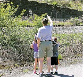 ?? Brigitte Busch ?? Roy Bires of the Steel Valley Trail Council checks out the Hays eagles nest from the Great Allegheny Passage Trail with his grandchildren, Addie and Sean Curran.