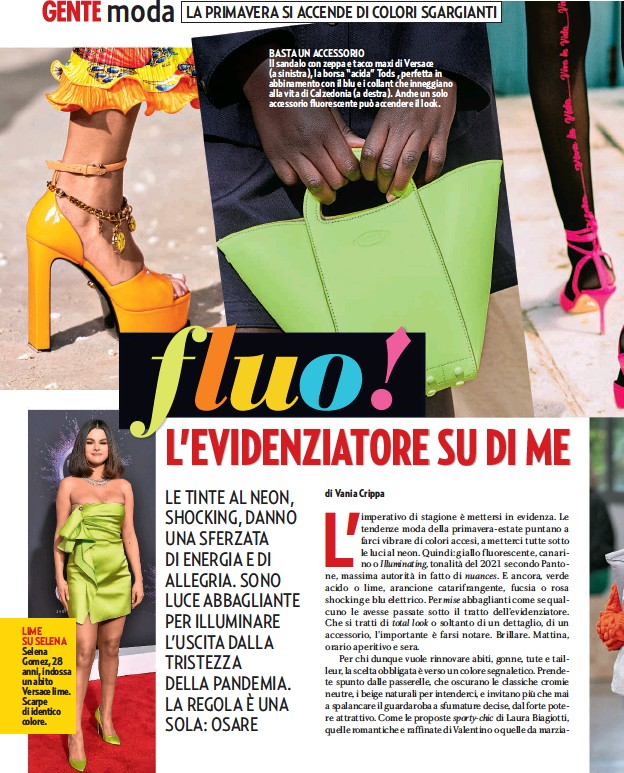 """??  ?? LIME SU SELENA Selena Gomez, 28 anni, indossa un abito Versace lime. Scarpe di identico colore. BASTA UN ACCESSORIO Il sandalo con zeppa e tacco maxi di Versace (a sinistra), la borsa """"acida"""" Tods , perfetta in abbinamento con il blu e i collant che inneggiano alla vita di Calzedonia (a destra). Anche un solo accessorio fluorescente può accendere il look."""