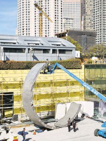 """?? César Rubio Photography ?? The 8-ton sculpture """"Geneses"""" is eased into place at Moscone Center as the facility undergoes a major expansion."""