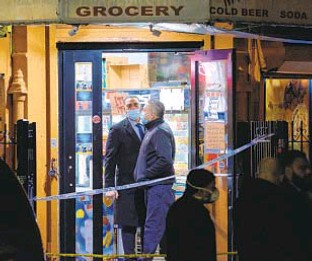 ?? GARDINER ANDERSON | FOR NEW YORK DAILY NEWS ?? Police probe a Brownsville deli where a 27-year-old man was wounded Friday night when he got into an argument with a second man. The victim was in grave condition Saturday.