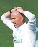 ?? FOTO: ARCHIVO ?? Zinedine Zidane podría no estar mañana en el juego en Pamplona.
