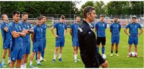 ?? Foto: arc ?? FSV-08-Trainer Alfonso Garcia (vorne) hat eine Reutlinger Vergangenheit, will aber heute mit seinen Blau-Weißen siegen.