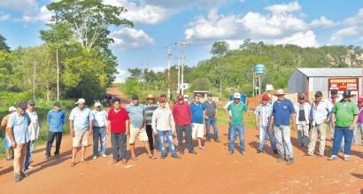 ??  ?? Cañicultores y vecinos de la zona realizaron ayer una manifestación frente al campamento de obras de la contratista.