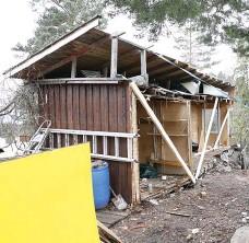 ?? Bild: BENDIKSBY, TERJE ?? KAPADE HUSET. Grannfejden på Nesøya i Norge kulminerade med att en 43-årig man lät riva hälften av grannarnas uthus.