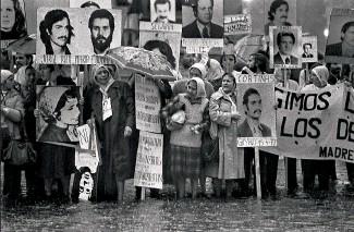 ??  ?? En 1982, des « mères de la place de Mai », à Buenos Aires, manifestent pour le retour de leurs enfants disparus lors de la dictature militaire en Argentine (1976-1983).