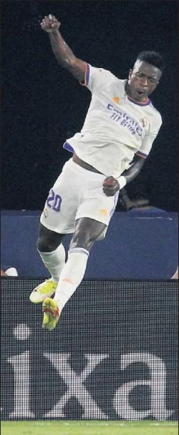 ??  ?? Vinicius festeja puño en alto su golazo que salvó un punto al Madrid.