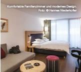 ??  ?? www.feuerstein.info Komfortable Familienzimmer und modernes Design. Foto: © Hannes Niederkofler