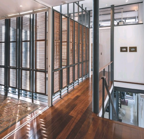 ??  ?? Clockwise from bottom left: Ordered timber screens form the identity of the space; Natural light creates different shadows depending on the time of day; The designers provided ample storage for the clients