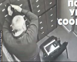 ??  ?? Камеры зафиксировали, как один из грабителей вскрывает ячейку