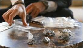 ?? FOTO PATRICK DE ROO ?? De vijf zakjes bevatten eigenlijk de complete steen, die in stukken brak tijdens de productie.