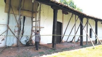 ??  ?? El boquete en la pared fue cubierto con madera para evitar más deterioro.