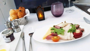 ??  ?? Breakfast on board Qatar Airways - Business Class