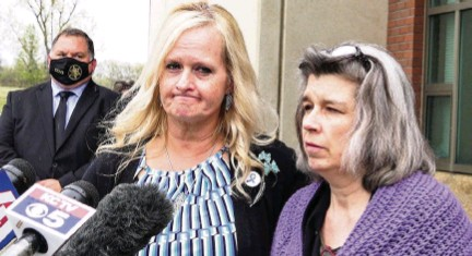 ?? JILL TOYOSHIBA jtoyoshiba@kcstar.com ?? Jamie Runions and Rhonda Beckford, right, address the media Friday outside the Cass County Justice Center in Harrisonville, Missouri, after the sentencing hearing for Kylr Yust, who was convicted of killing their daughters. Formal sentencing is set for June 7.