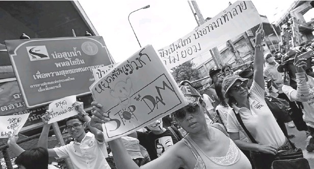 ??  ?? Protesters opposing the Mae Wong dam project, led by Sasin Chalermlarp, secretary-general of the Seub Nakhasatien Foundation, arrive in Bangkok on Sunday after marching from Kamphaeng Phet.