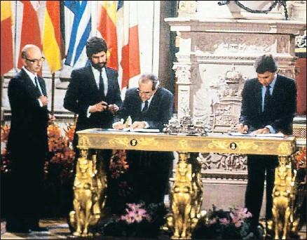 ?? EFE ?? Manuel Marín con Fernando Morán y Felipe González, en la firma de la adhesión de España a la CEE