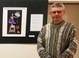 ??  ?? Michel Le Tenier lors d'une précédente exposition. (Photo d'archives : DR). à Kerdavid appartiennent à deux séries différentes. Les objets suspendus qui flottent dans l'air font partie d'un monde « Estrange ». « Clin d'oeil à Magritte », trouve son...
