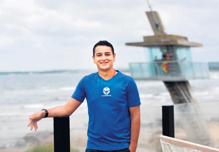 ?? Bild: Lina Salomonsson ?? Tarek Al Ahmad genomför nu en utbildning för att bli havslivräddare i Tylösand.
